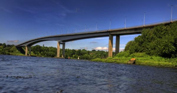 Foyle Bridge in Derry closed because of strong winds